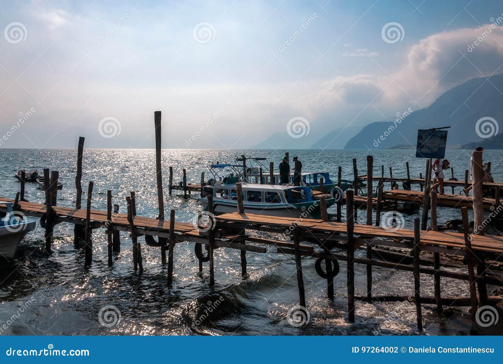Sonnenuntergangansicht von See Atitlan von den alten Docks des kleinen Dorfs von Panajachel