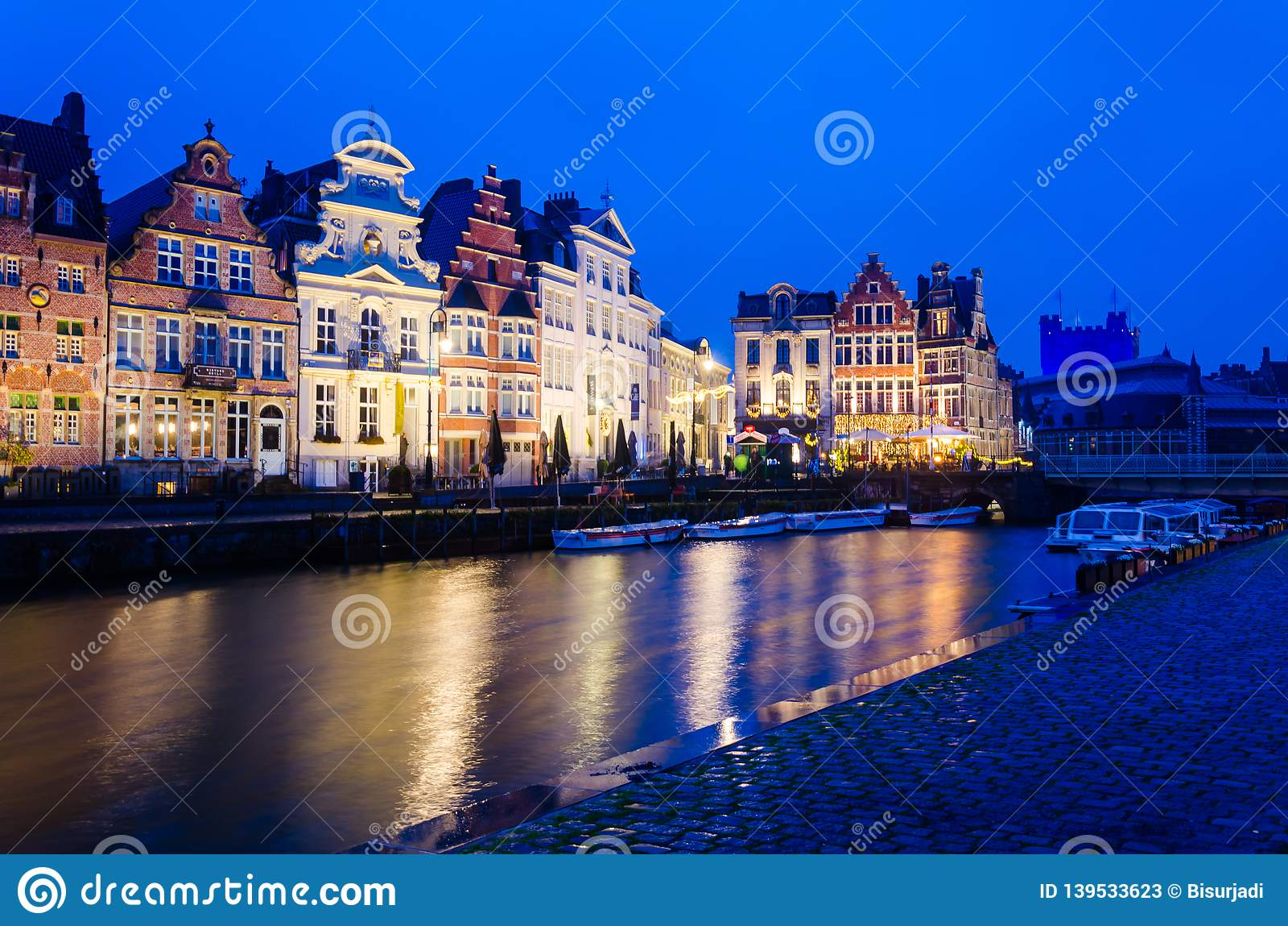 Sonnenuntergangansicht von traditionellen Häusern in Gent, Belgien