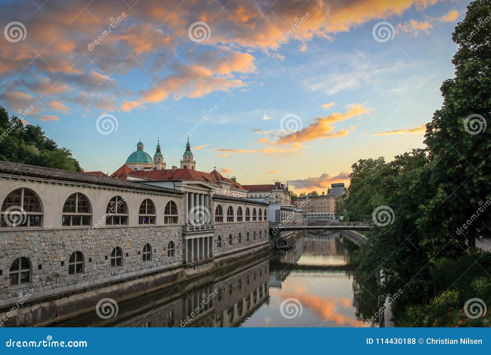 Sonnenunterganghimmel über dem Ljubljanica-Fluss, Ljubljana, Slowenien