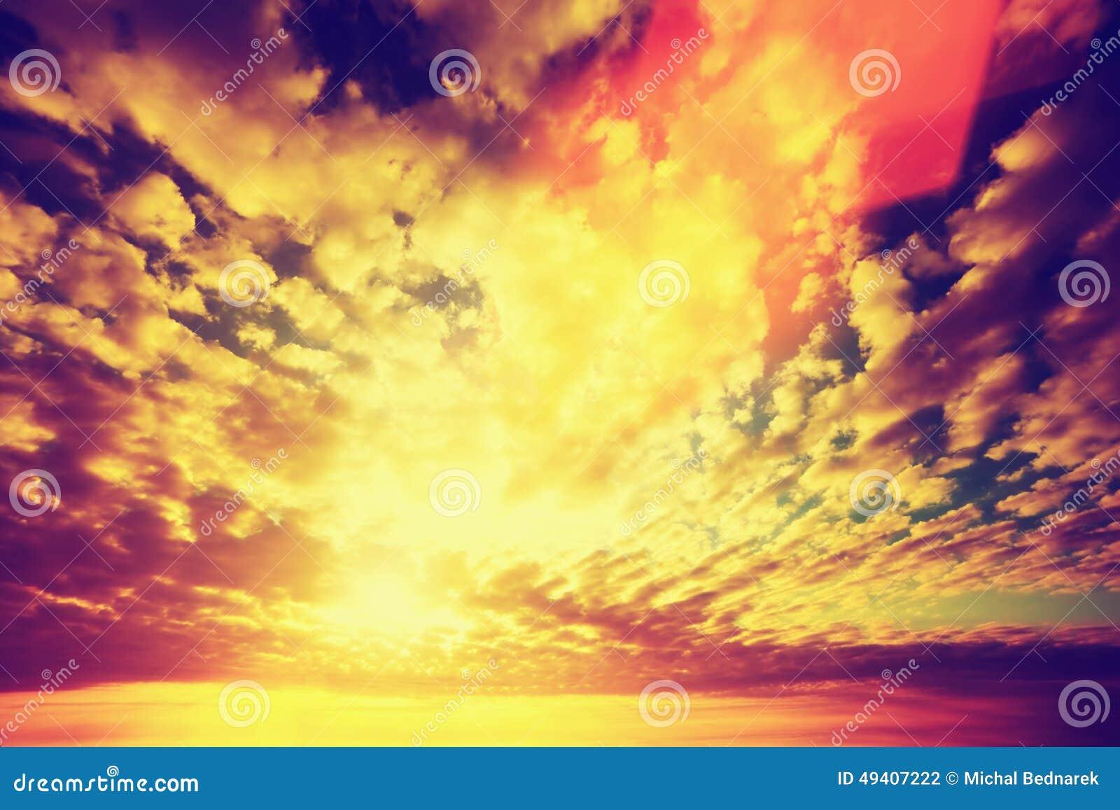 Download Sonnenunterganghimmel, Sonnen Das Glänzen Durch Wolken Weinlese Stockfoto - Bild von sonne, sonnenuntergang: 49407222