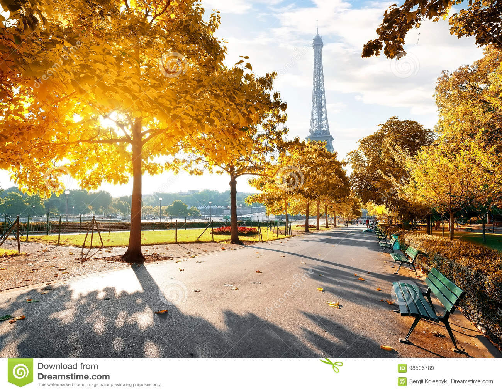 Sonniger Morgen in Paris im Herbst