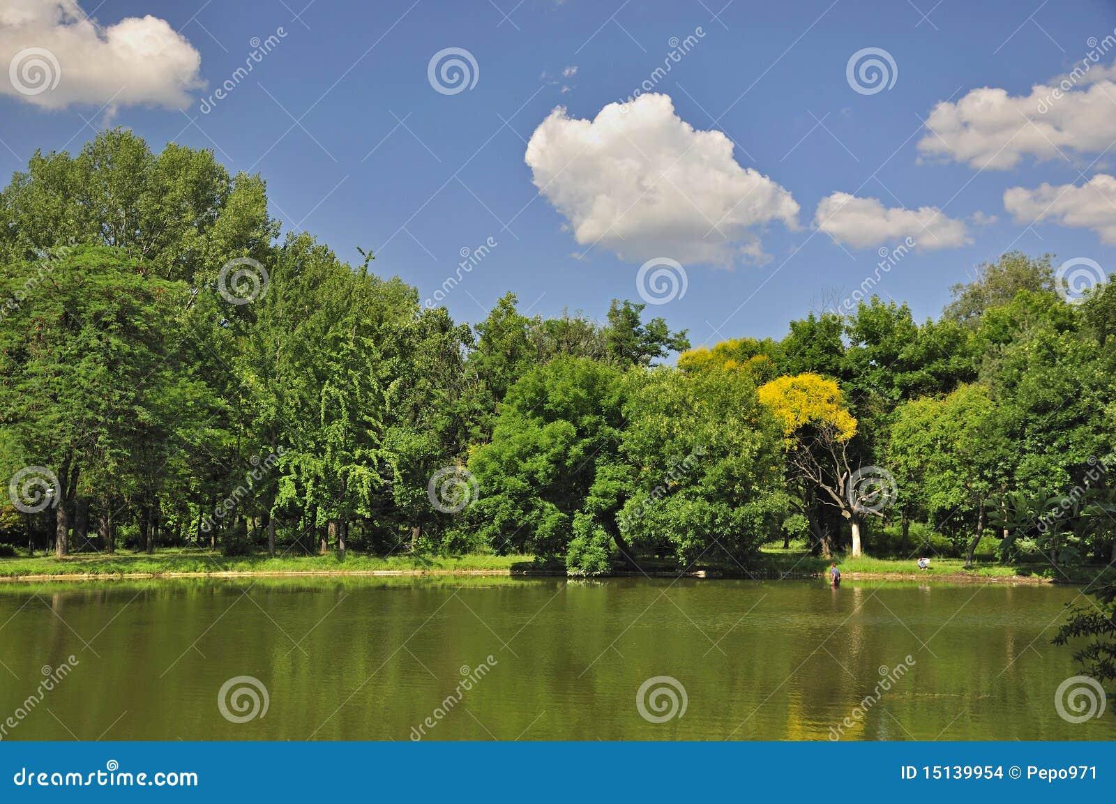 Sonniger Tag am Stadt-Park in Skopje