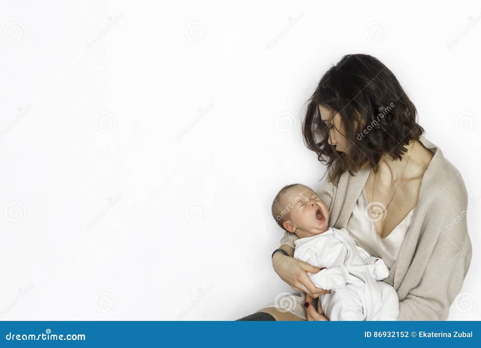 Sonno neonato del neonato, deviante sul braccio del ` s della madre