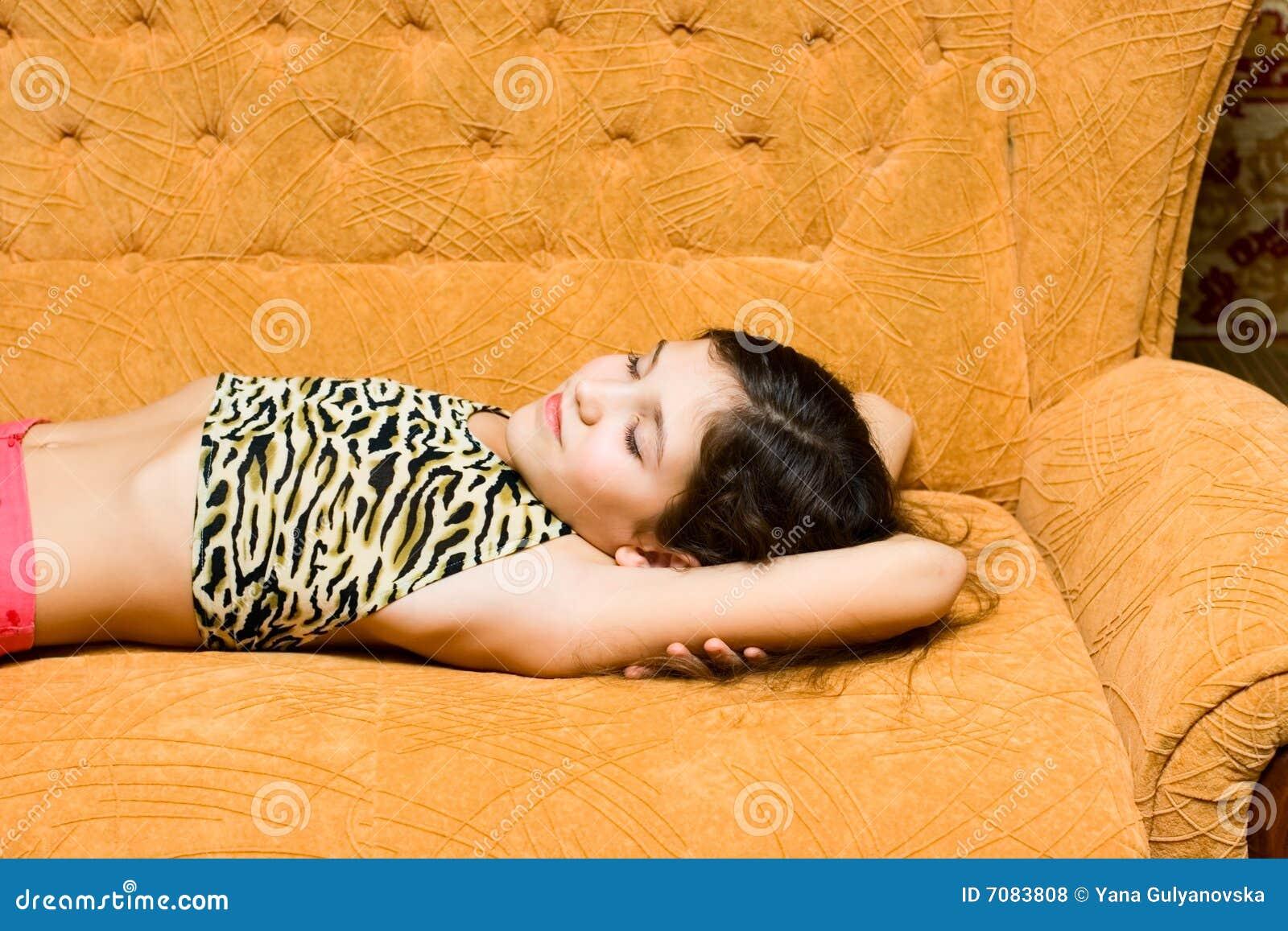 Sono adolescente da menina no sofá