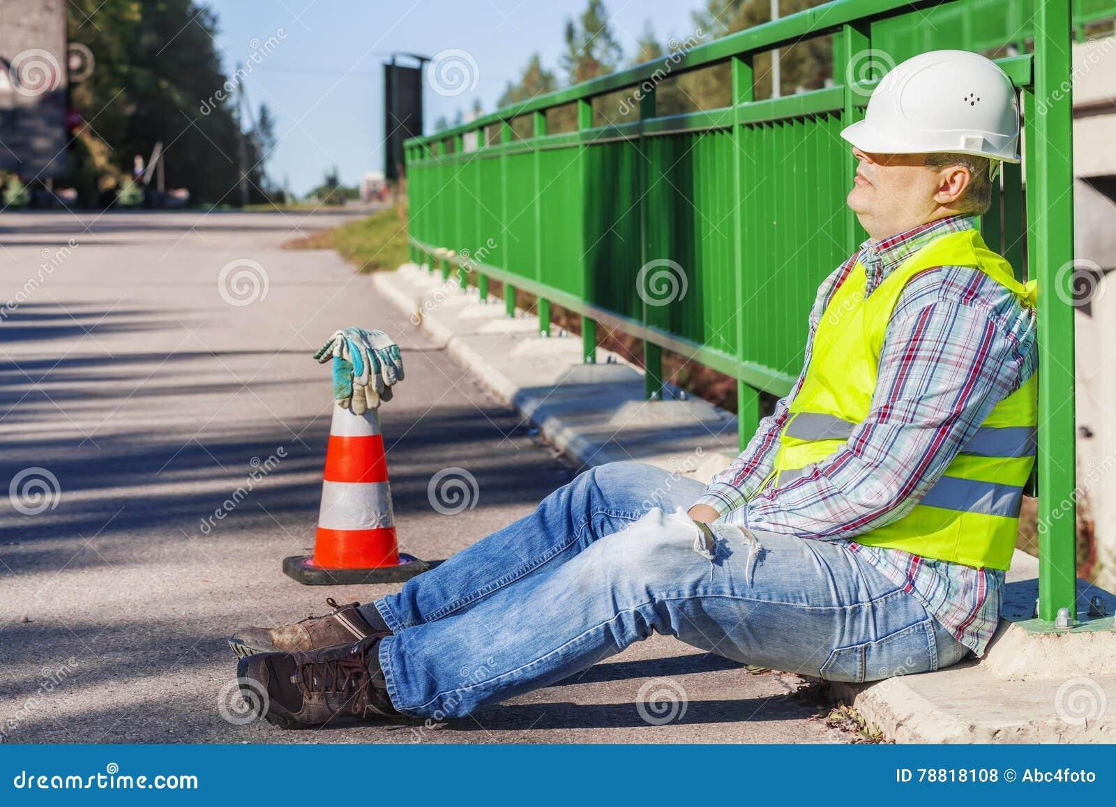 Sono do trabalhador de construção de estradas na ponte