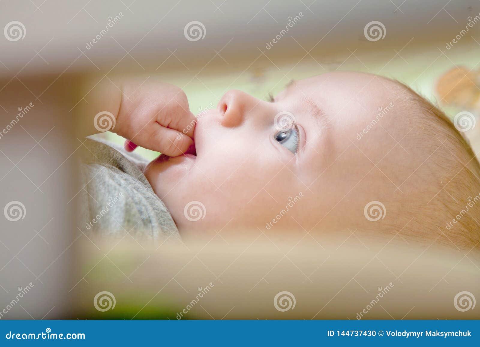 Sono repousante do ` s do beb? Beb? rec?m-nascido em uma ucha de madeira O beb? dorme no ber?o da cabeceira Cofre forte que vive