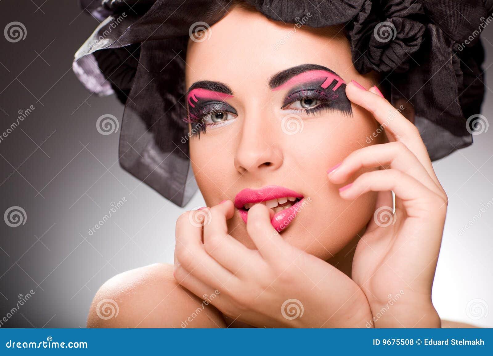 Sonrisa atractiva de la mujer joven del retrato del primer