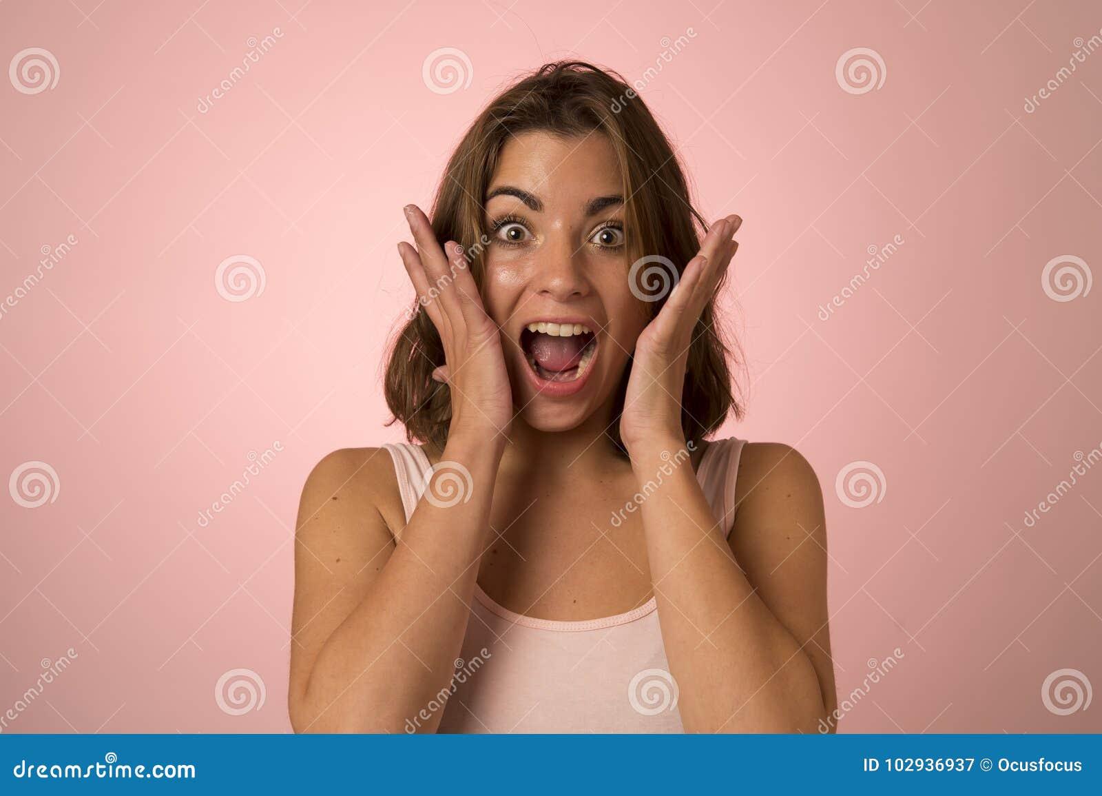 Sonrisa atractiva y hermosa joven de la mujer emocionada y feliz en choque agradable y la sorpresa que muestran la cara positiva