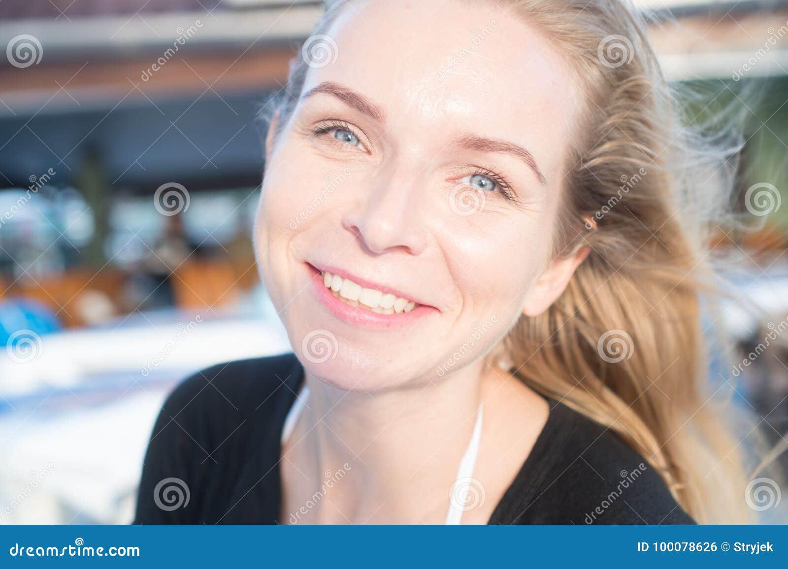 Sonrisa bonita de la muchacha