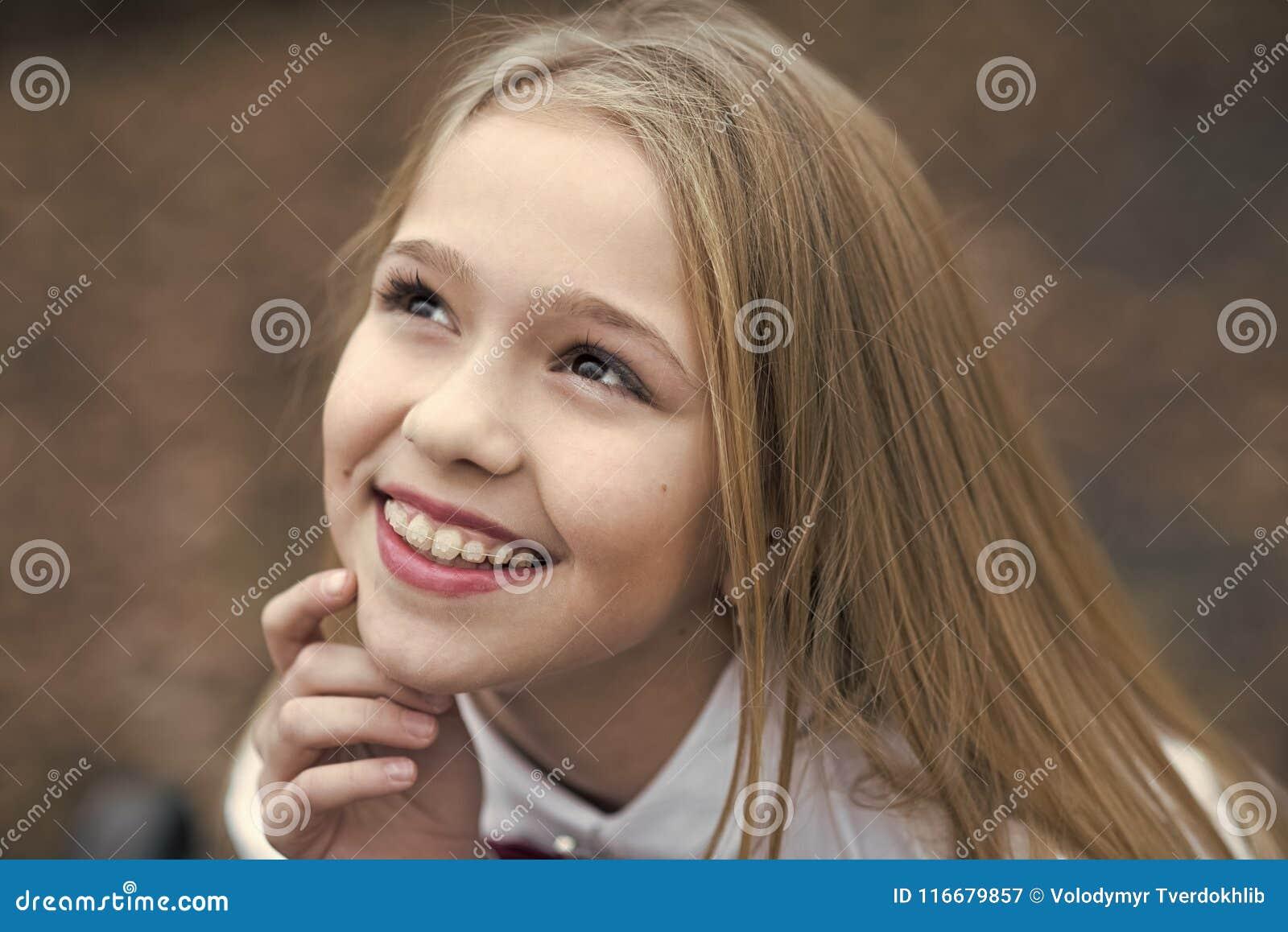 Sonrisa con la cara linda, belleza de la muchacha Pequeño niño que sonríe con el pelo rubio largo, peinado al aire libre Belleza