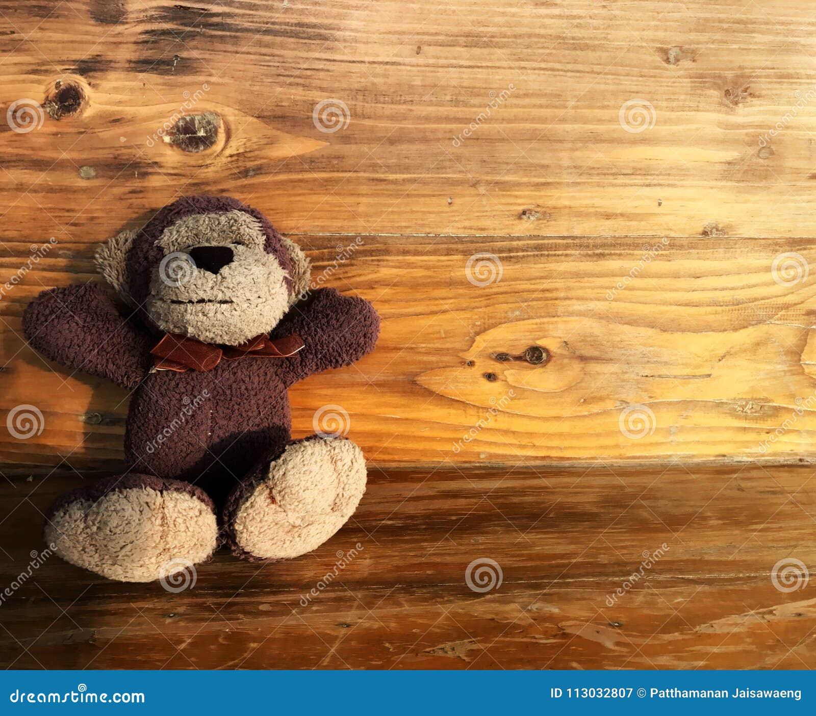 Sonrisa de la muñeca del mono en la tabla de madera