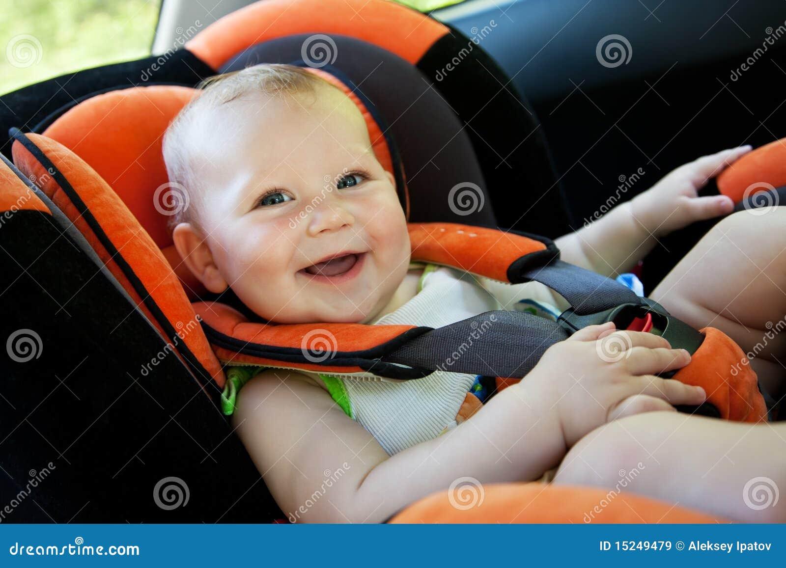 Sonrisa del bebé en coche