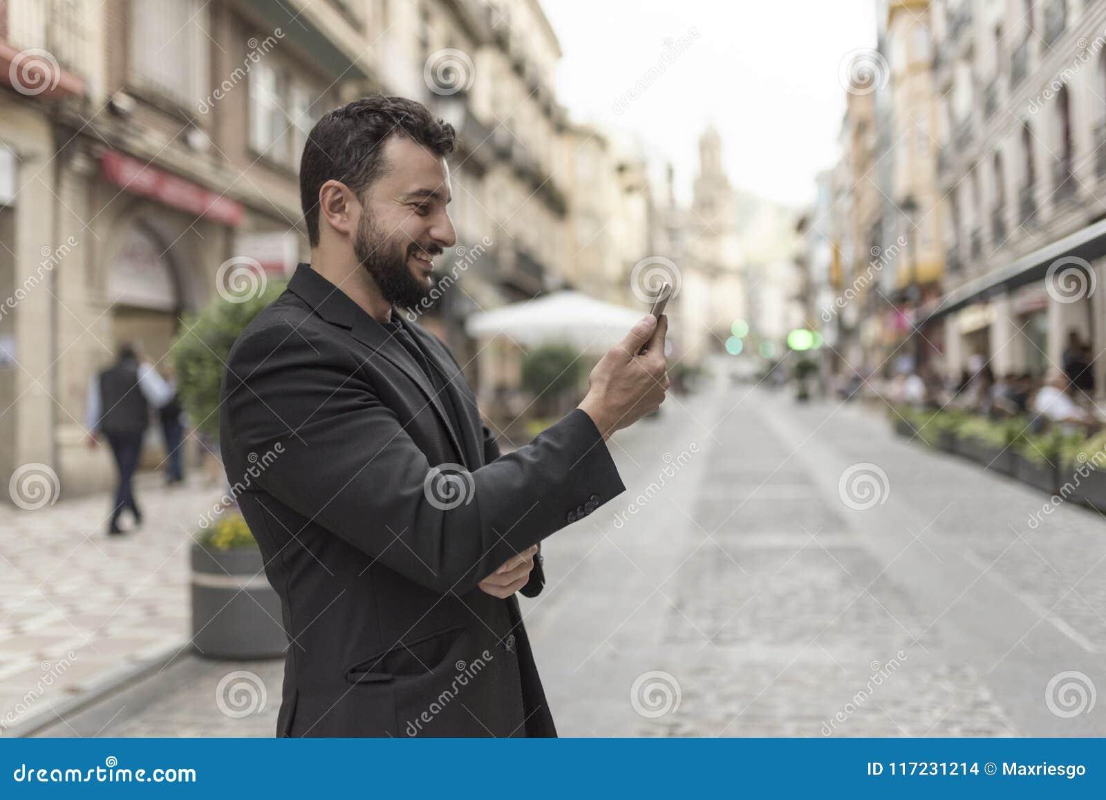 Sonrisa en el hombre del traje del teléfono