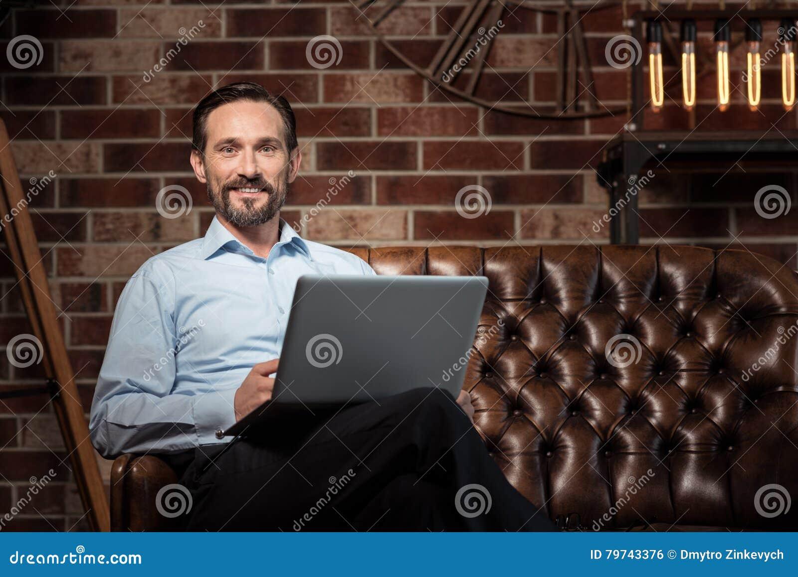 Sonrisa encantada feliz del hombre de negocios