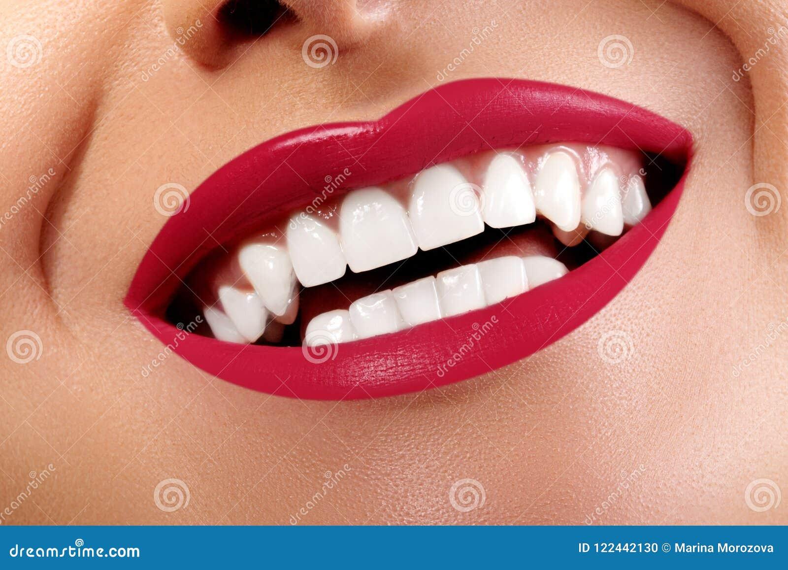 Sonrisa feliz con los dientes blancos sanos, maquillaje rojo brillante del primer de los labios Cuidado de la cosmetología, de la