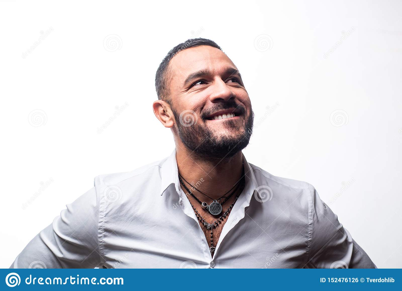 Sonrisa feliz del hombre Aislado en blanco Carisma de la confianza cuidado de la barba del hombre sin afeitar hombre machista en