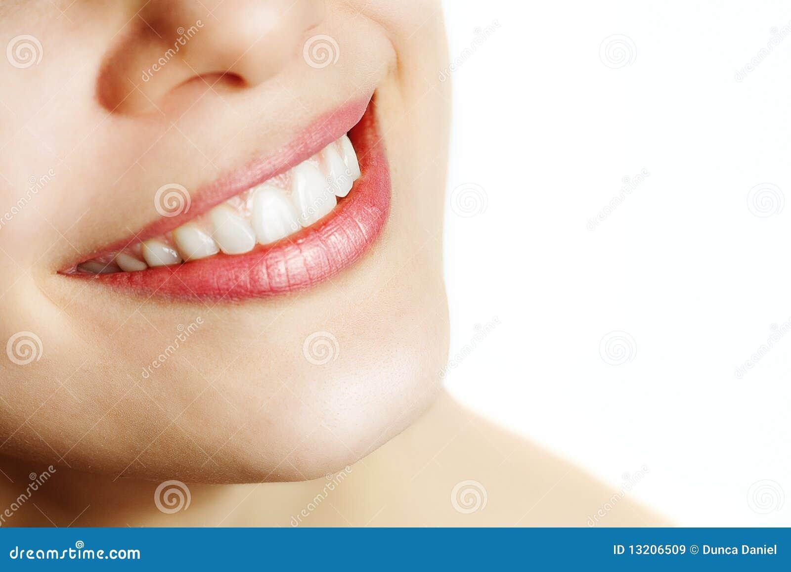 Sonrisa fresca de la mujer con los dientes sanos