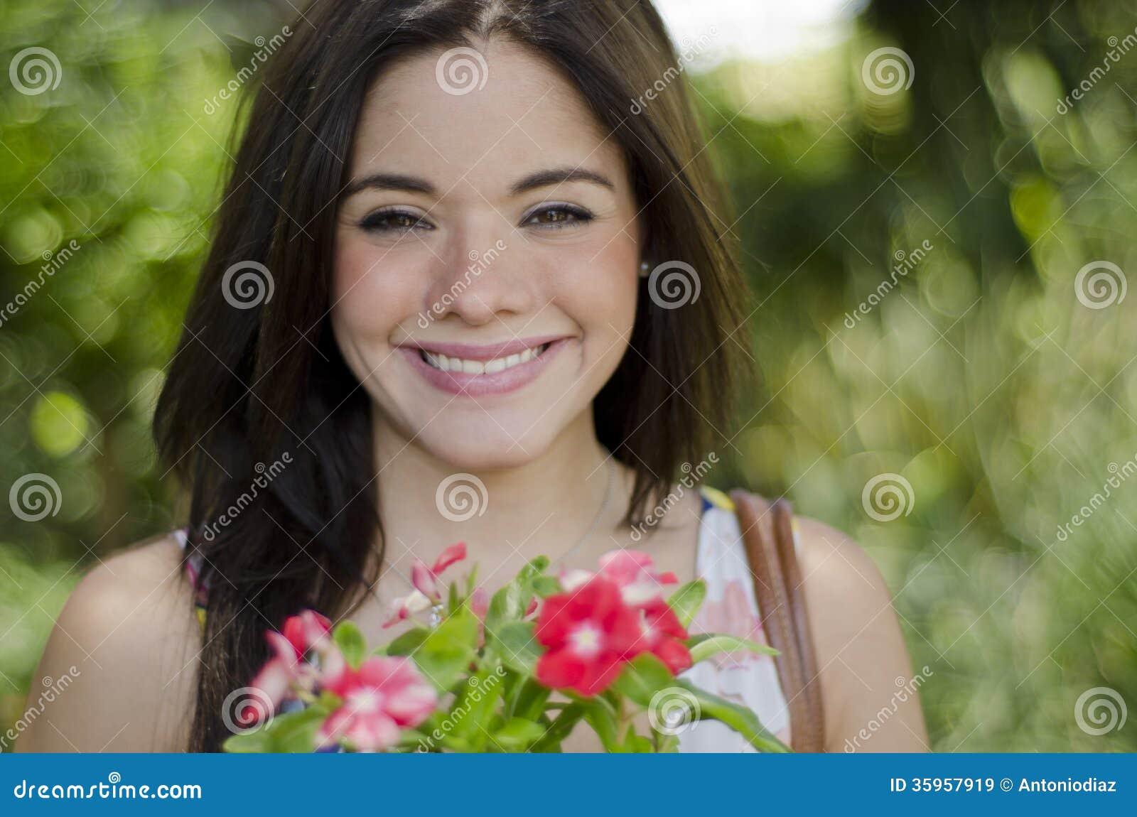 Sonrisa hermosa de la muchacha