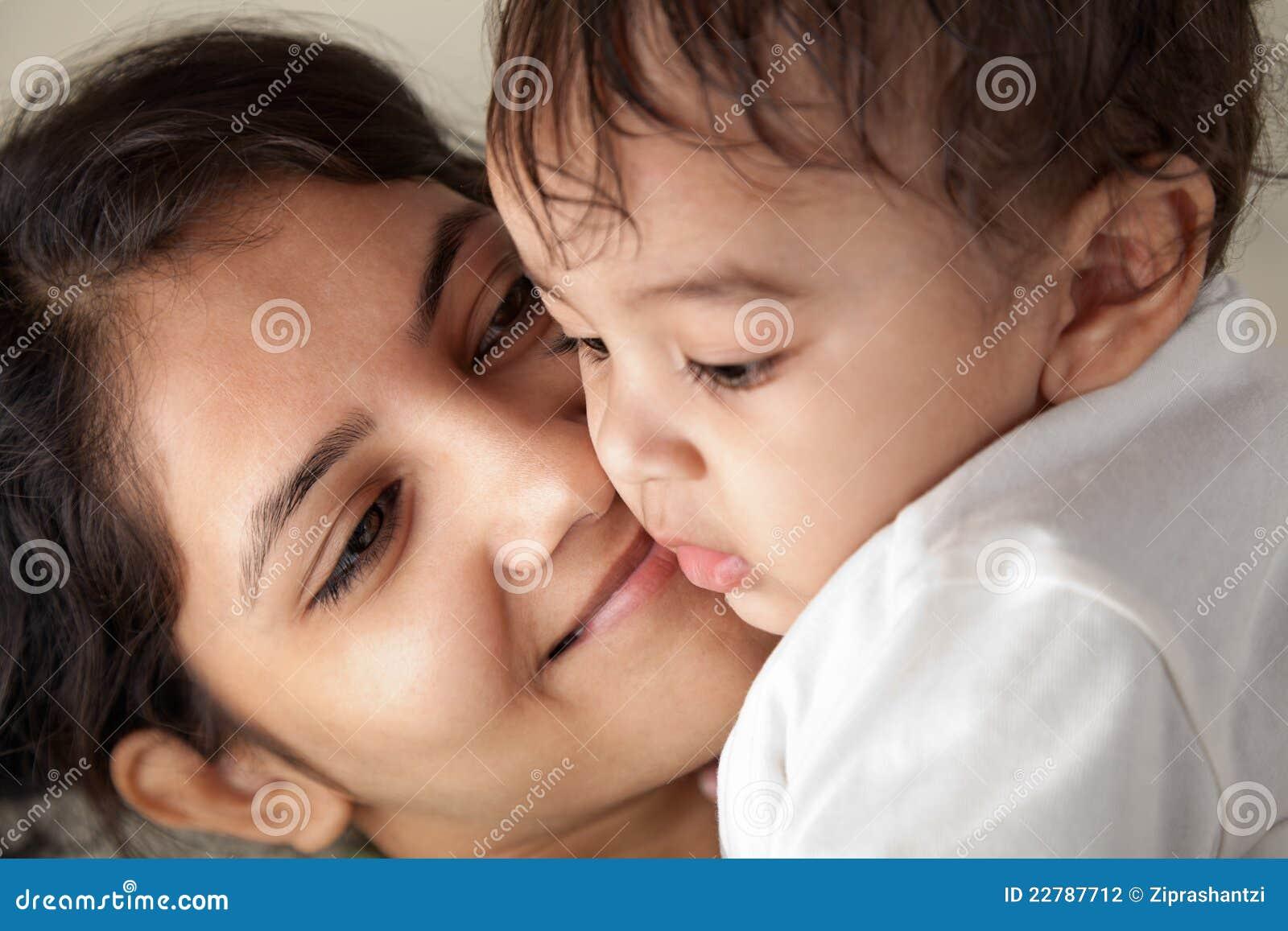 Sonrisa india de la madre y del bebé