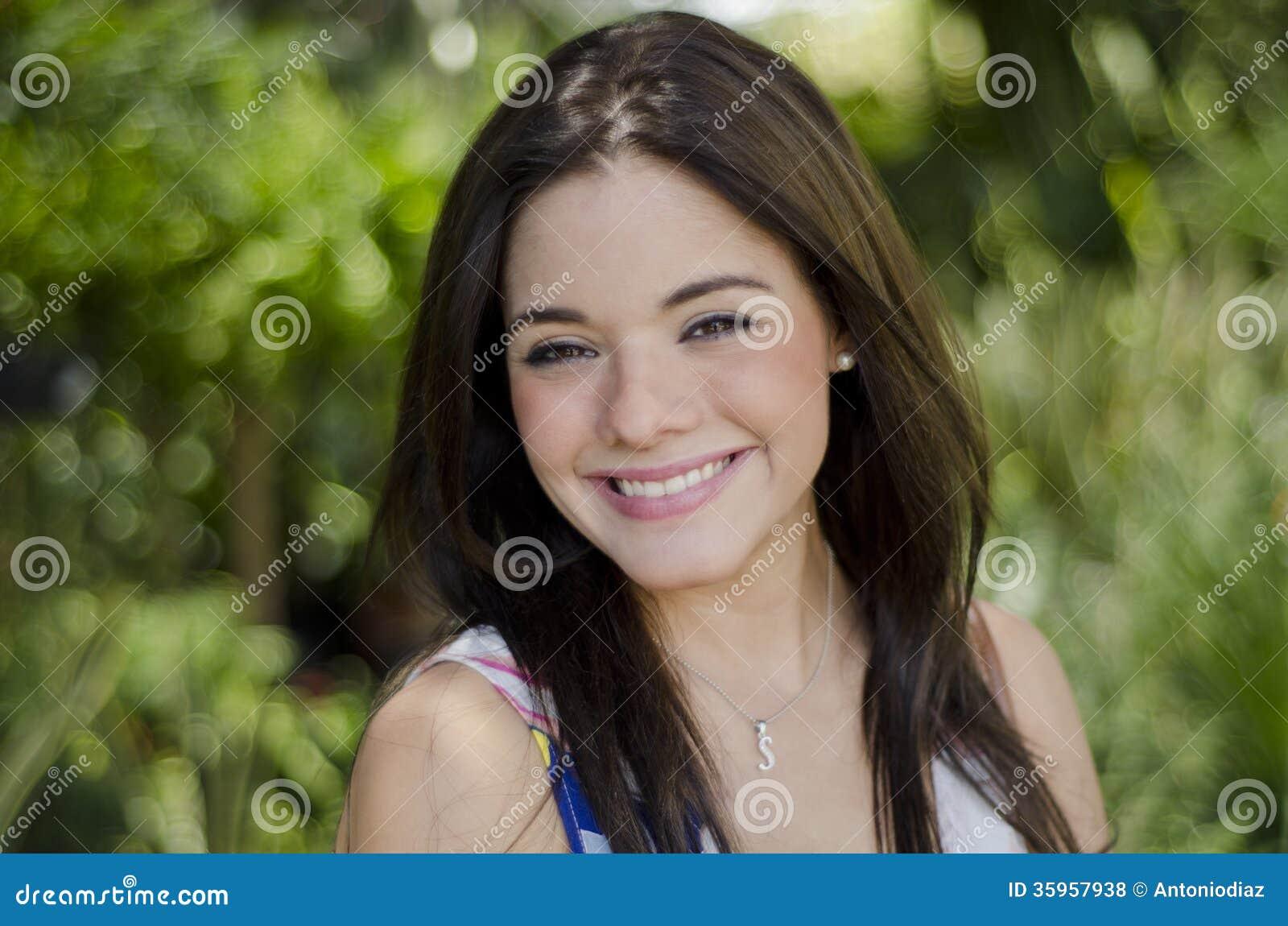 Sonrisa linda de la muchacha