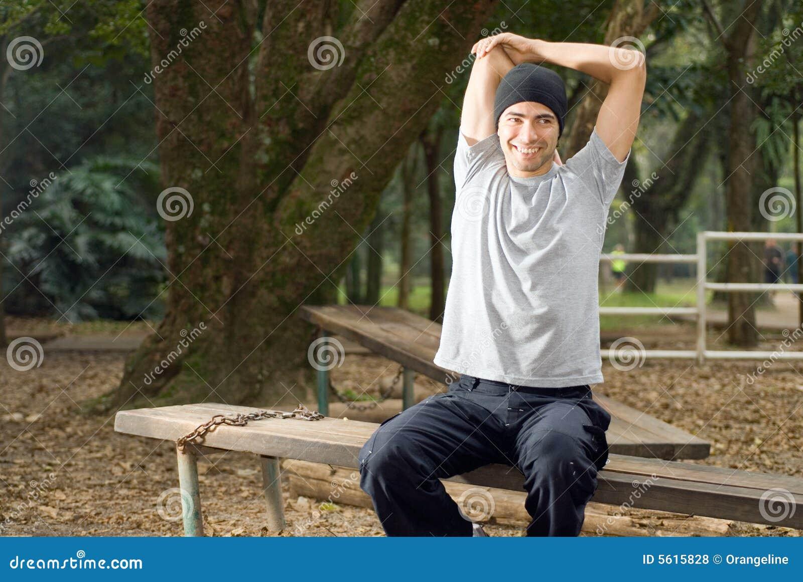 Sonrisa masculina mientras que estira - horizontal