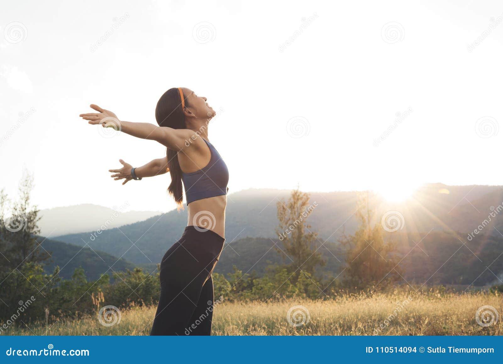 Sonrisa relajante feliz de la mujer joven de la belleza con el coágulo azul de la barra de deporte