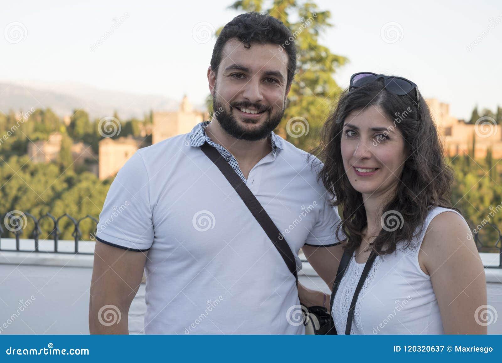Sonrisa turística de los pares que presenta en Granada