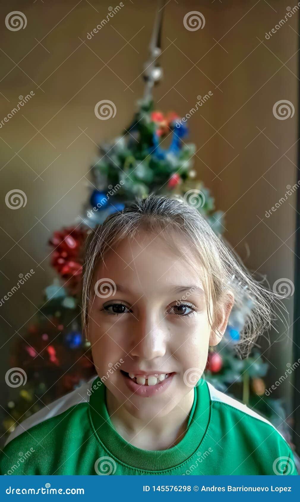 Sonrisa y muchacha feliz