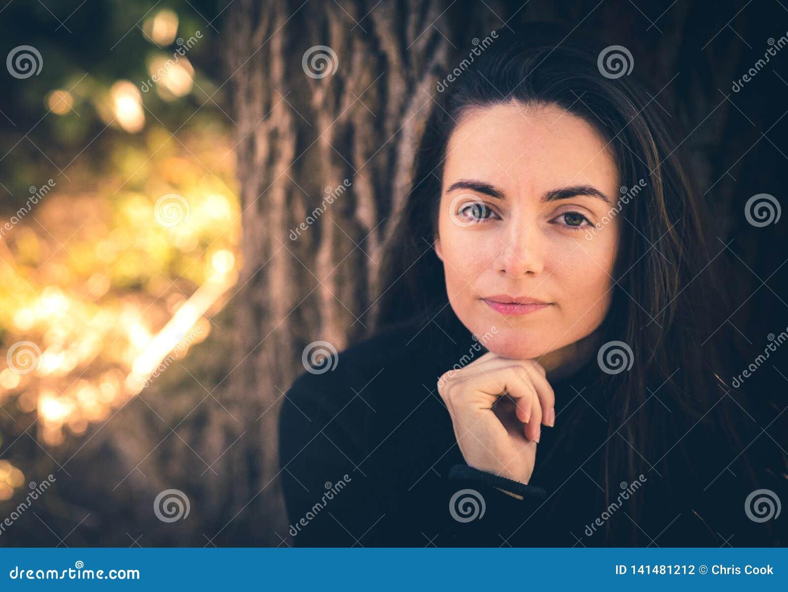 Sonrisas caucásicas femeninas jovenes en la cámara