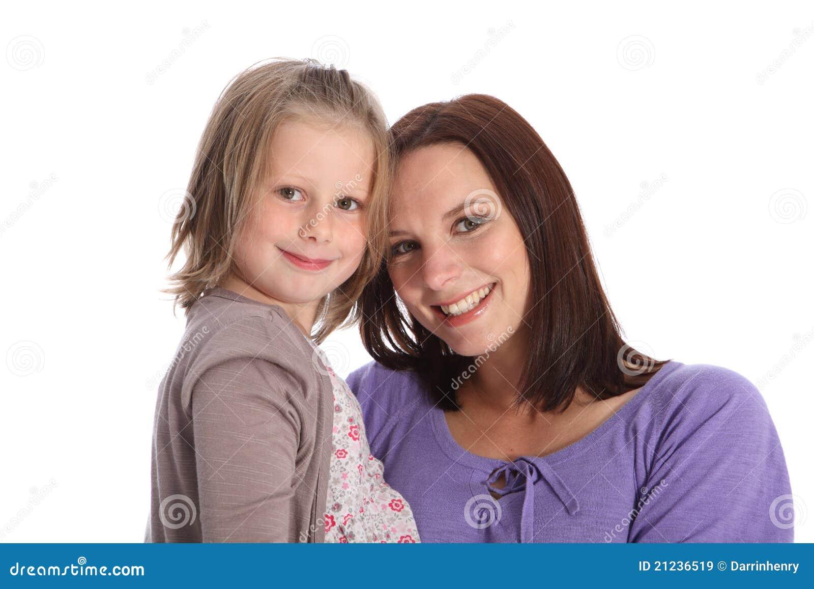 Sonrisas felices del retrato de la familia de la madre y de la hija