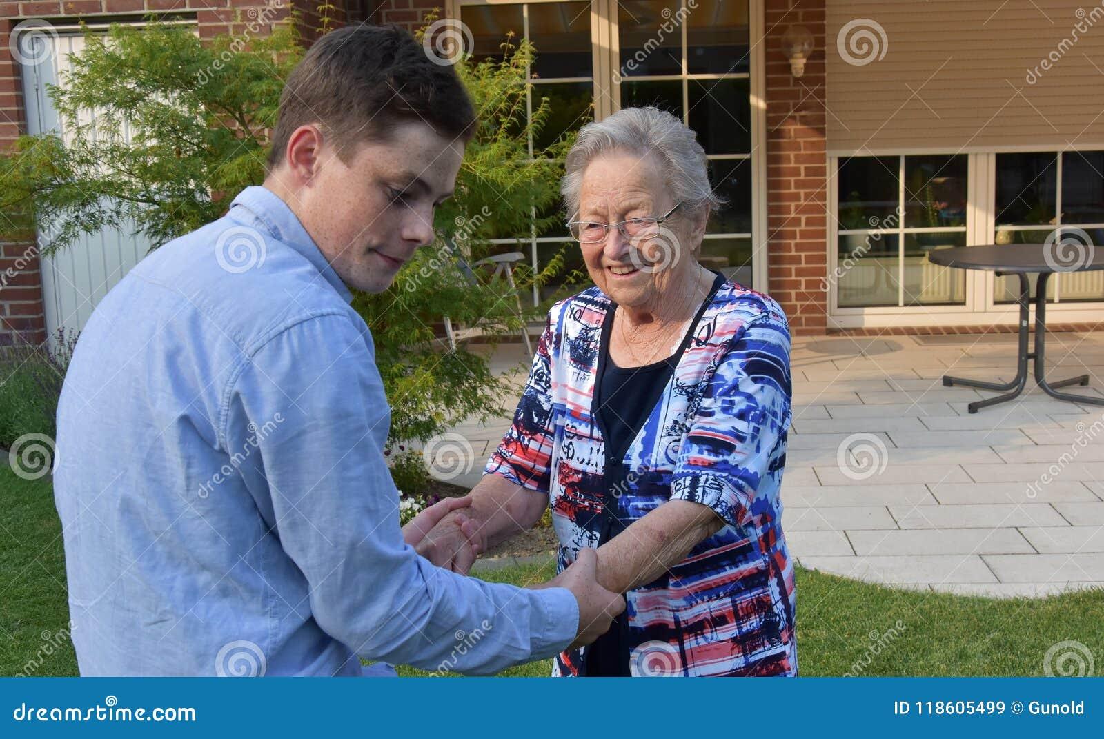 Sonsonen hjälper hans stor-mormor att gå