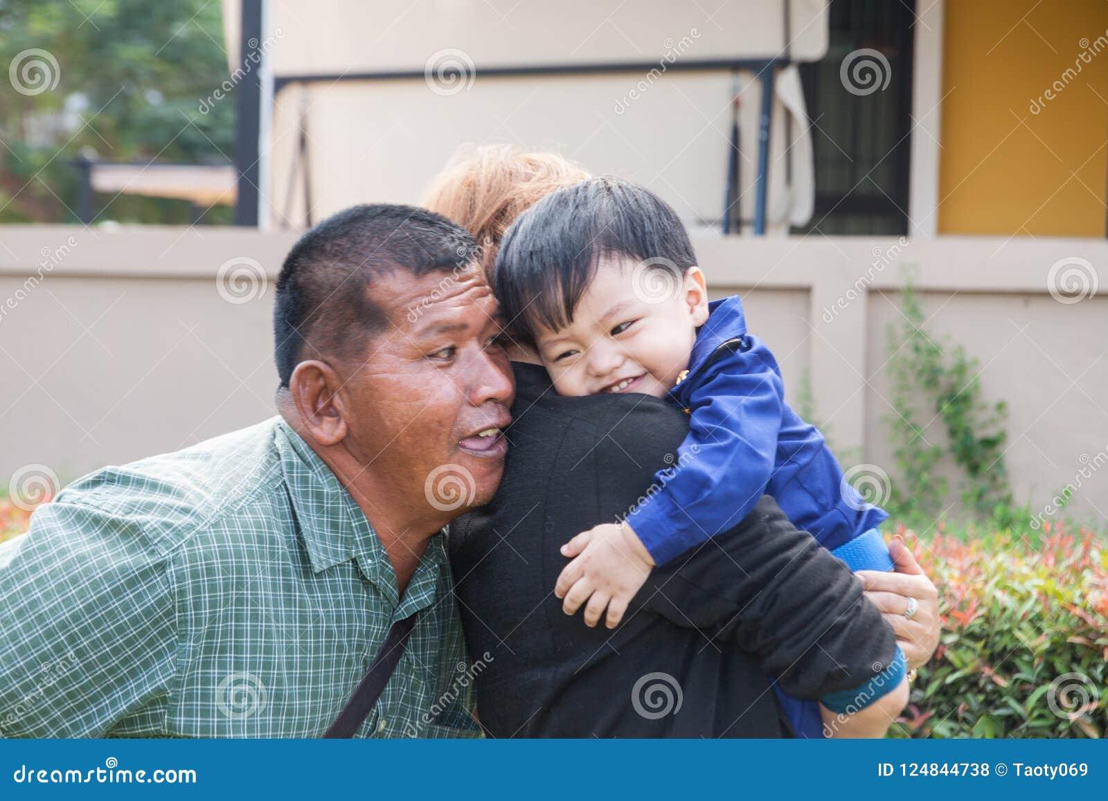 Sonsonen med morföräldrarna