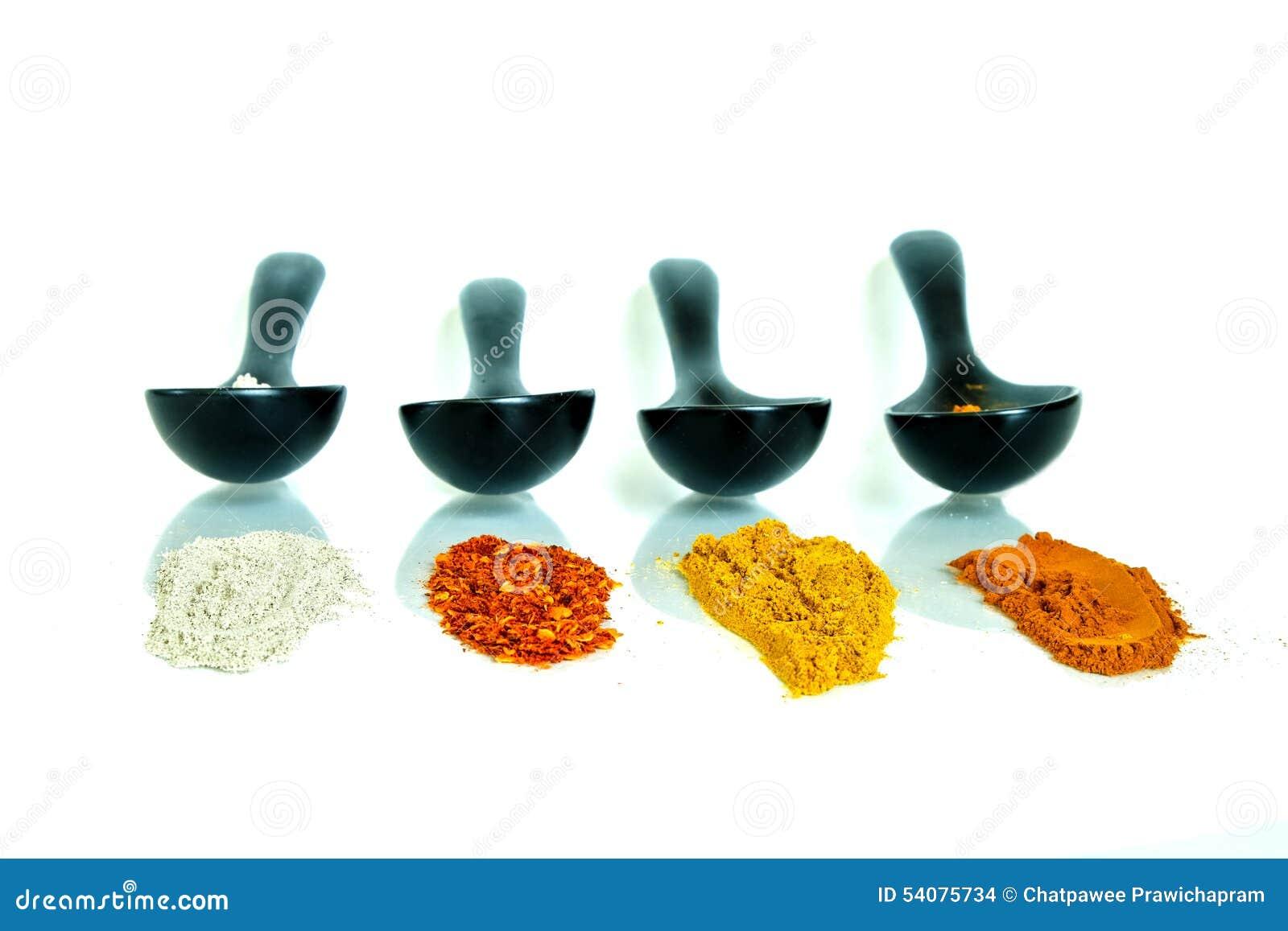 Soort vier kruiden in de ceramische lepel