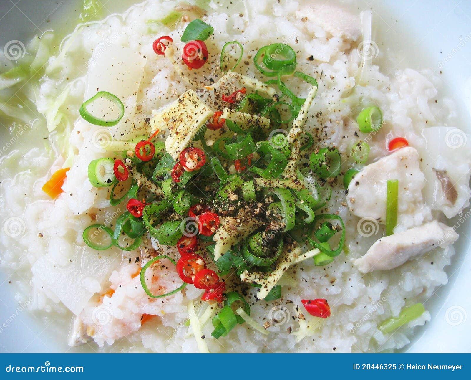 Sopa asiática do arroz com ingredientes frescos
