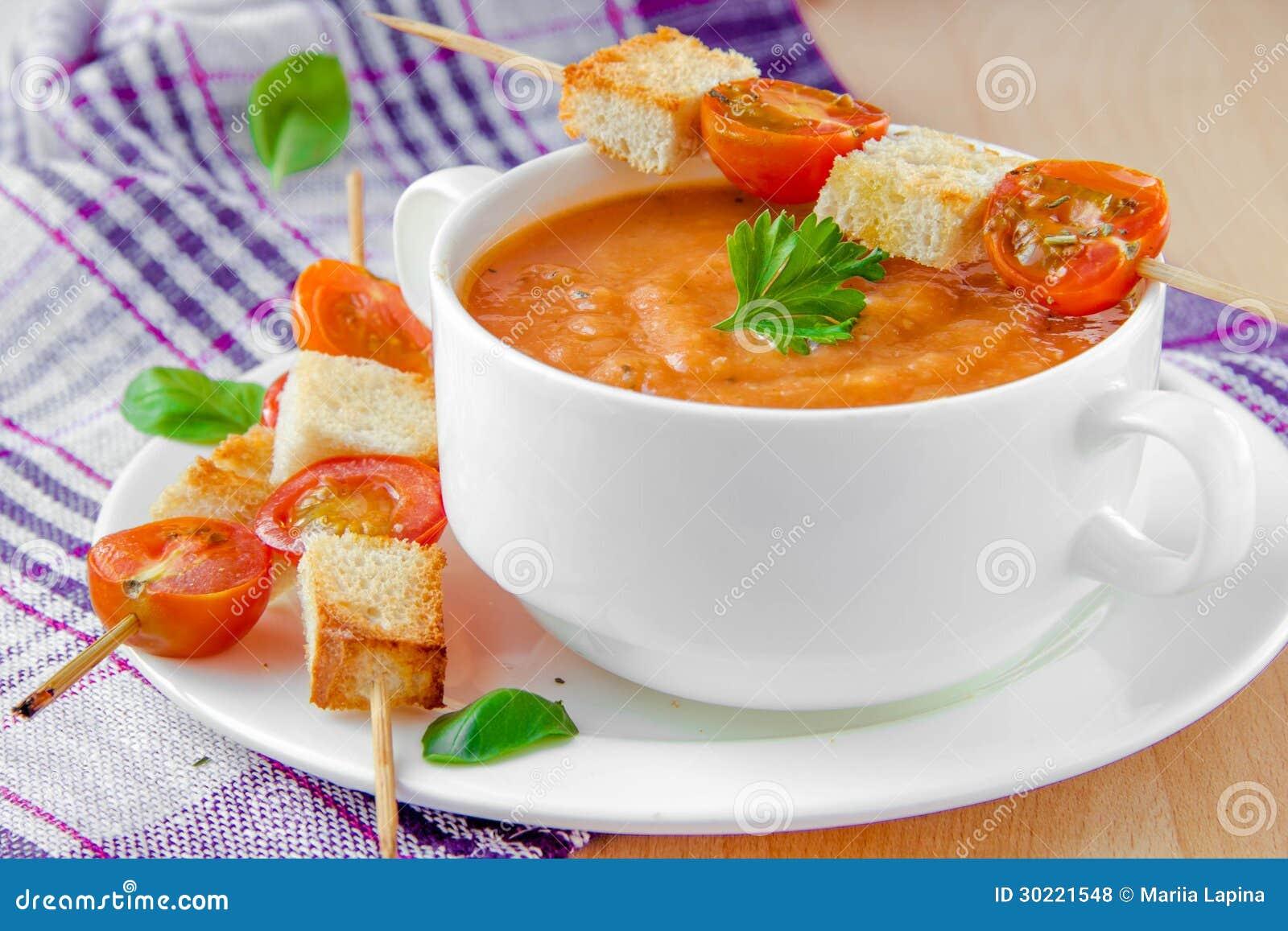 _vegetal poner crema sopa con tomate, albahaca y tostada