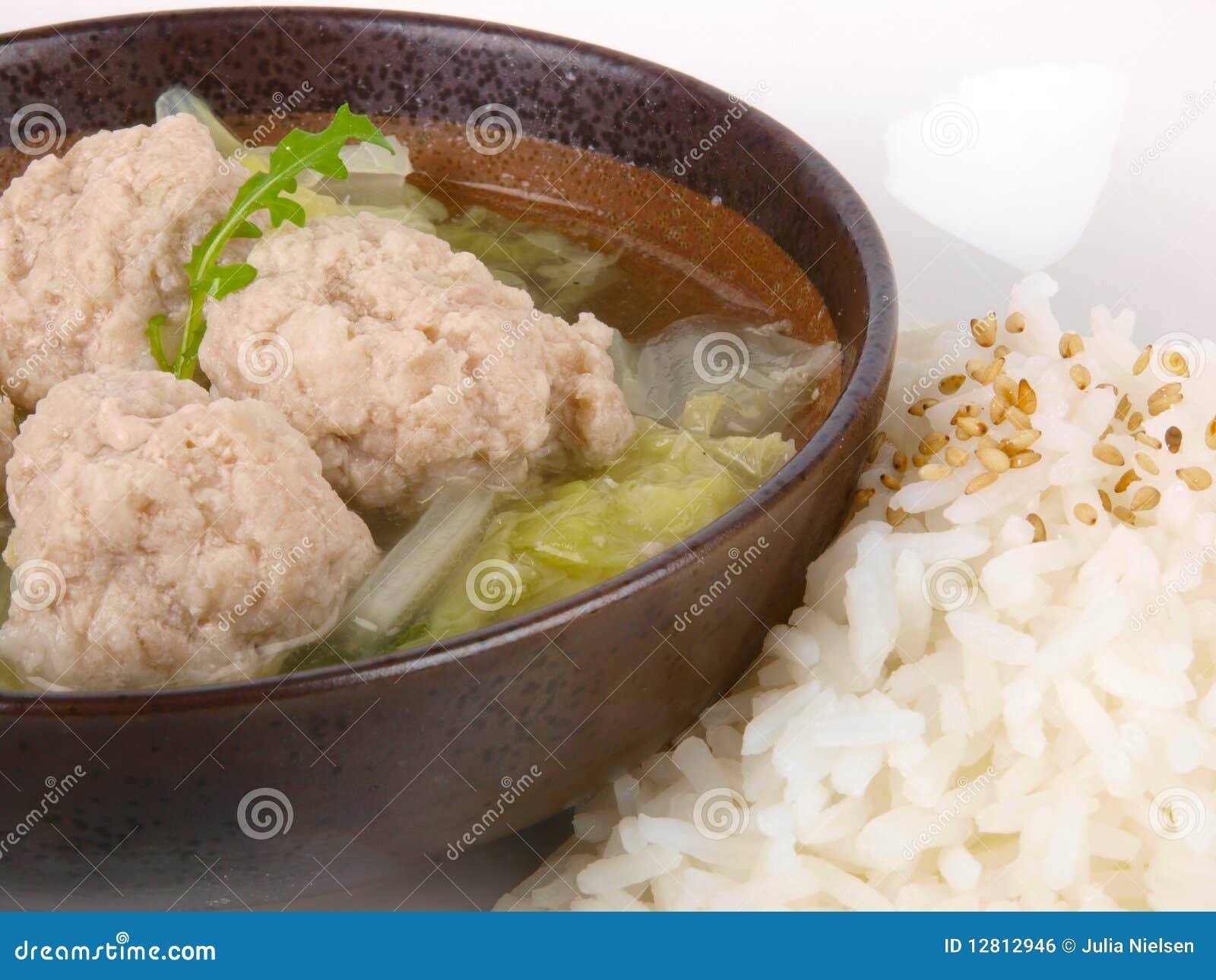Sopa chinesa da esfera de carne com arroz
