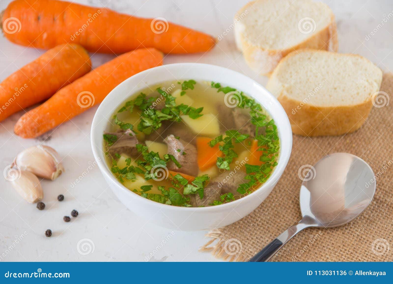 Sopa con la carne, las patatas y la zanahoria Sopa de la carne de vaca en un cuenco blanco