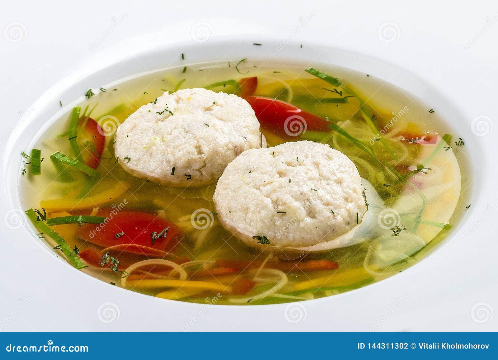 Sopa con las bolas de masa hervida de una perca de lucio