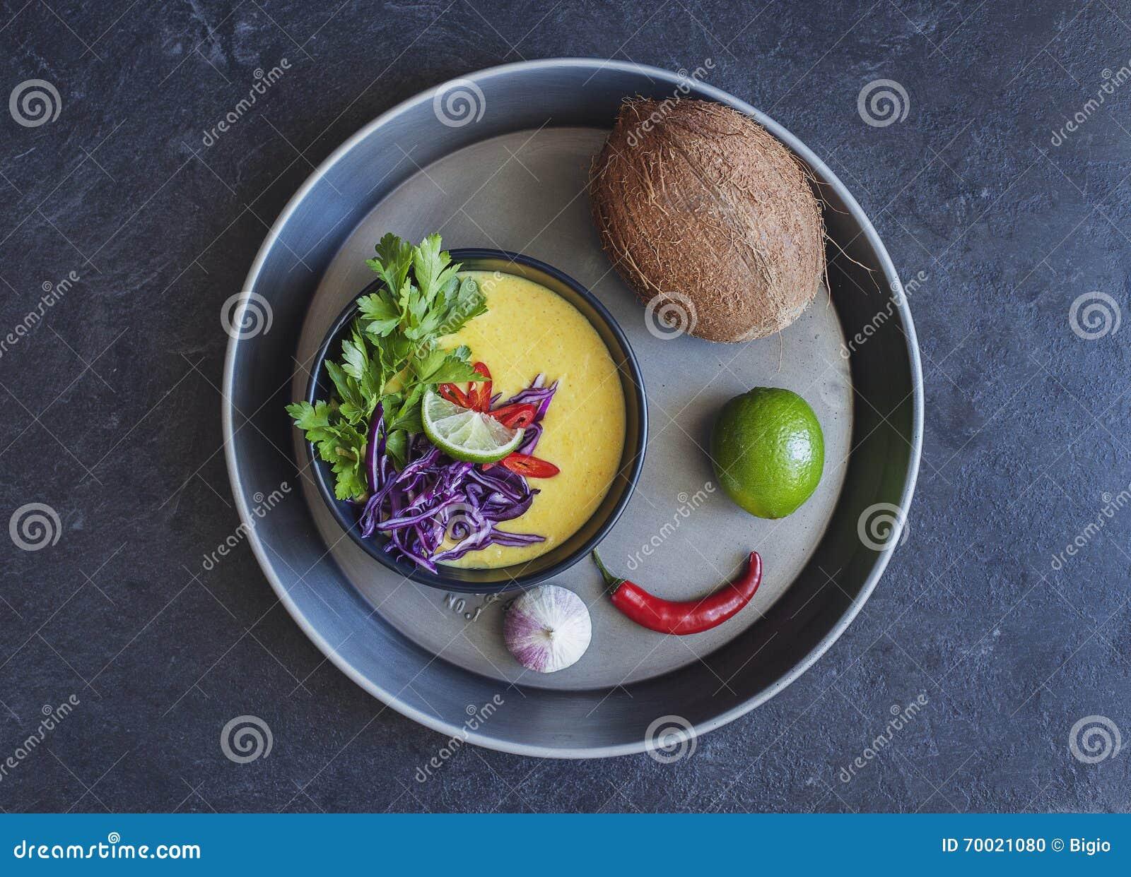 Sopa cremosa do coco tailandês com legumes frescos