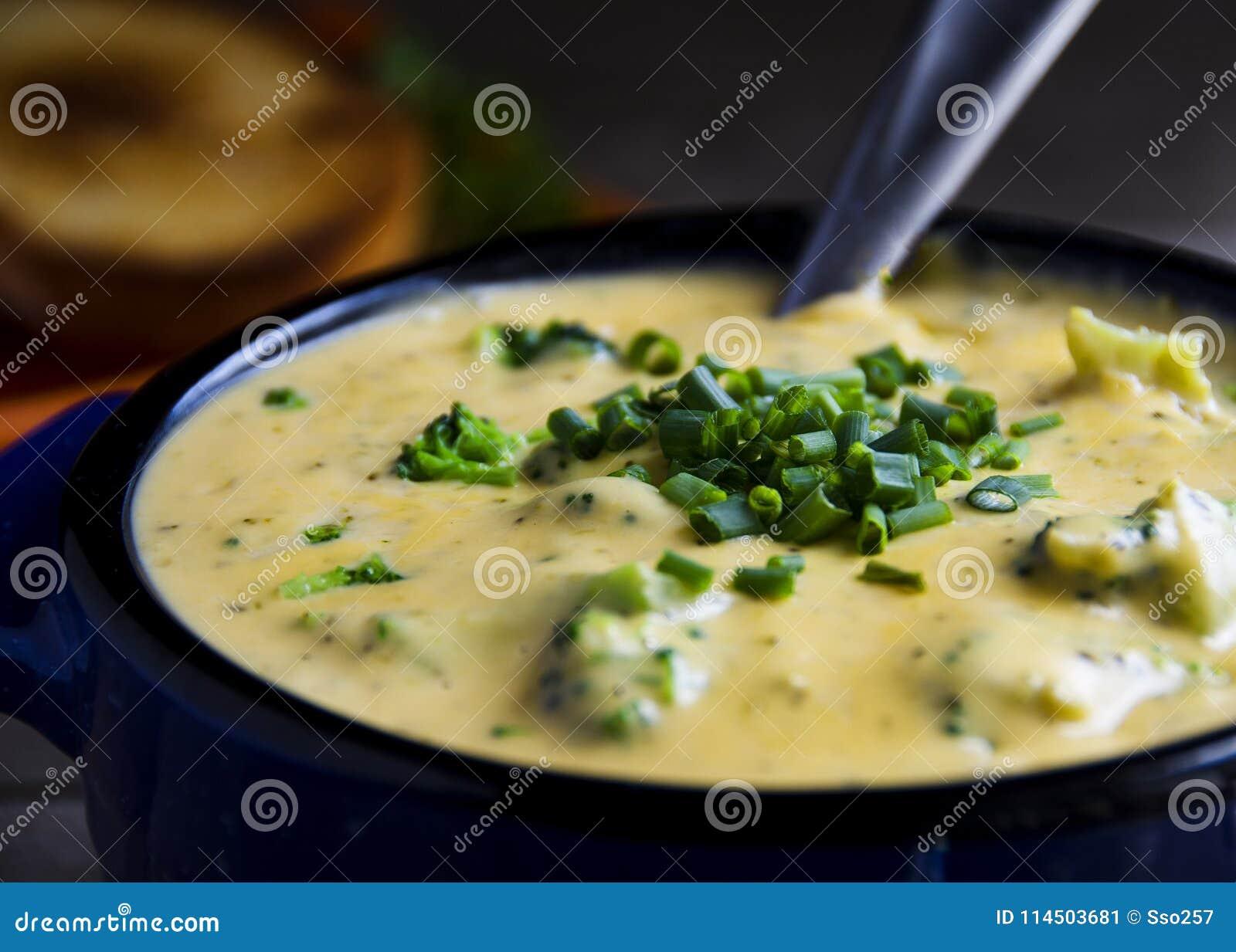 Sopa cremosa do queijo Cheddar dos brócolis Yum