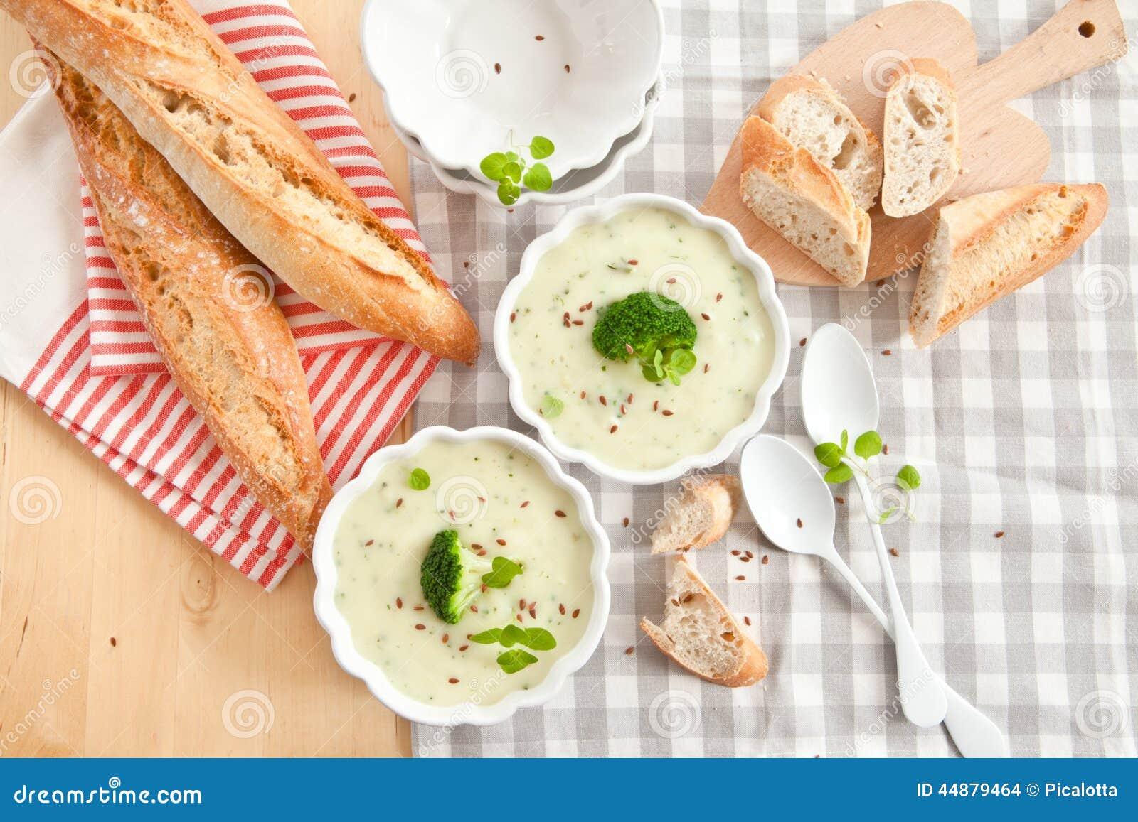 Sopa cremosa hecha en casa del bróculi