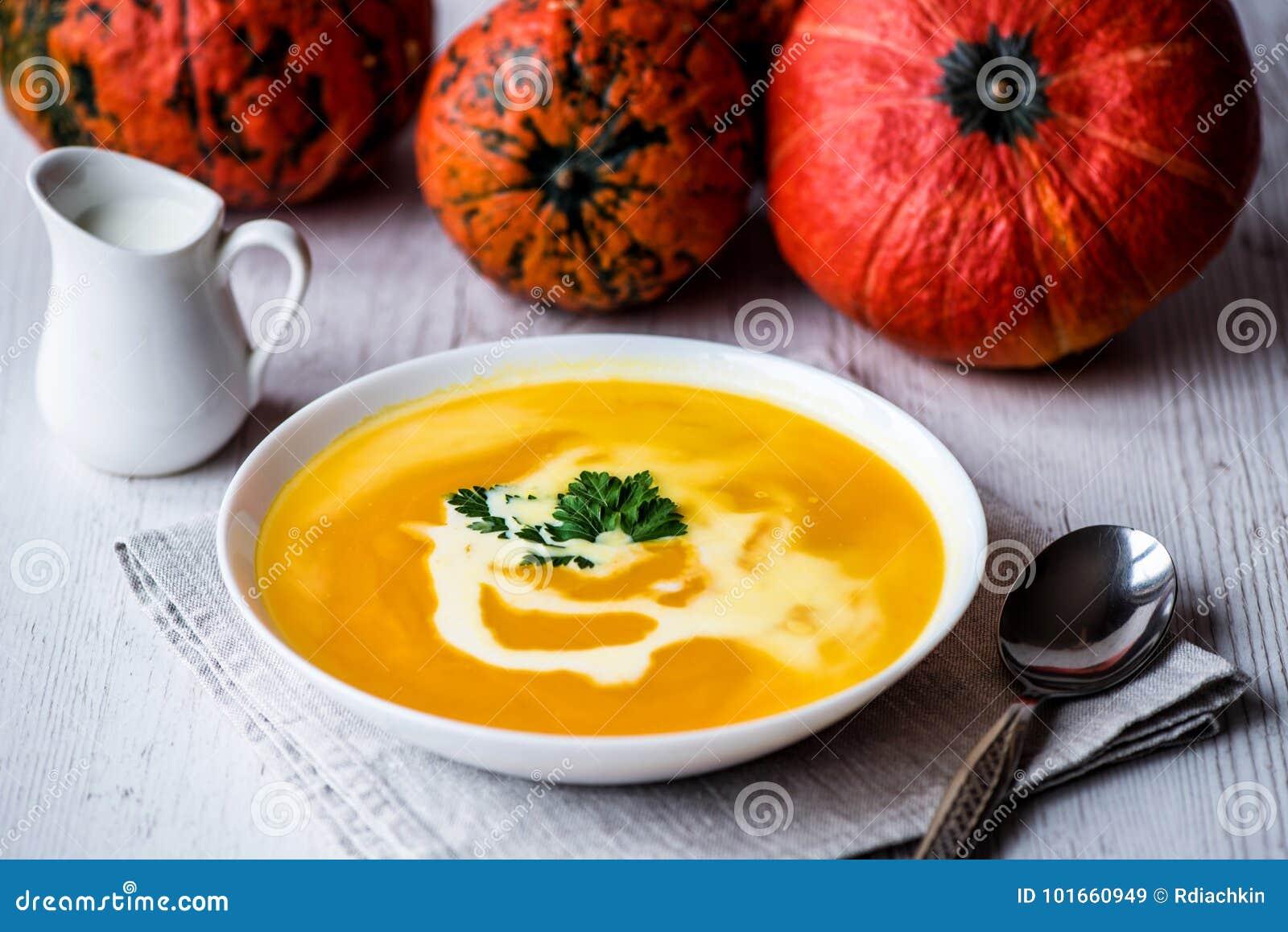 Sopa da abóbora com creme e salsa Alimento do vegetariano