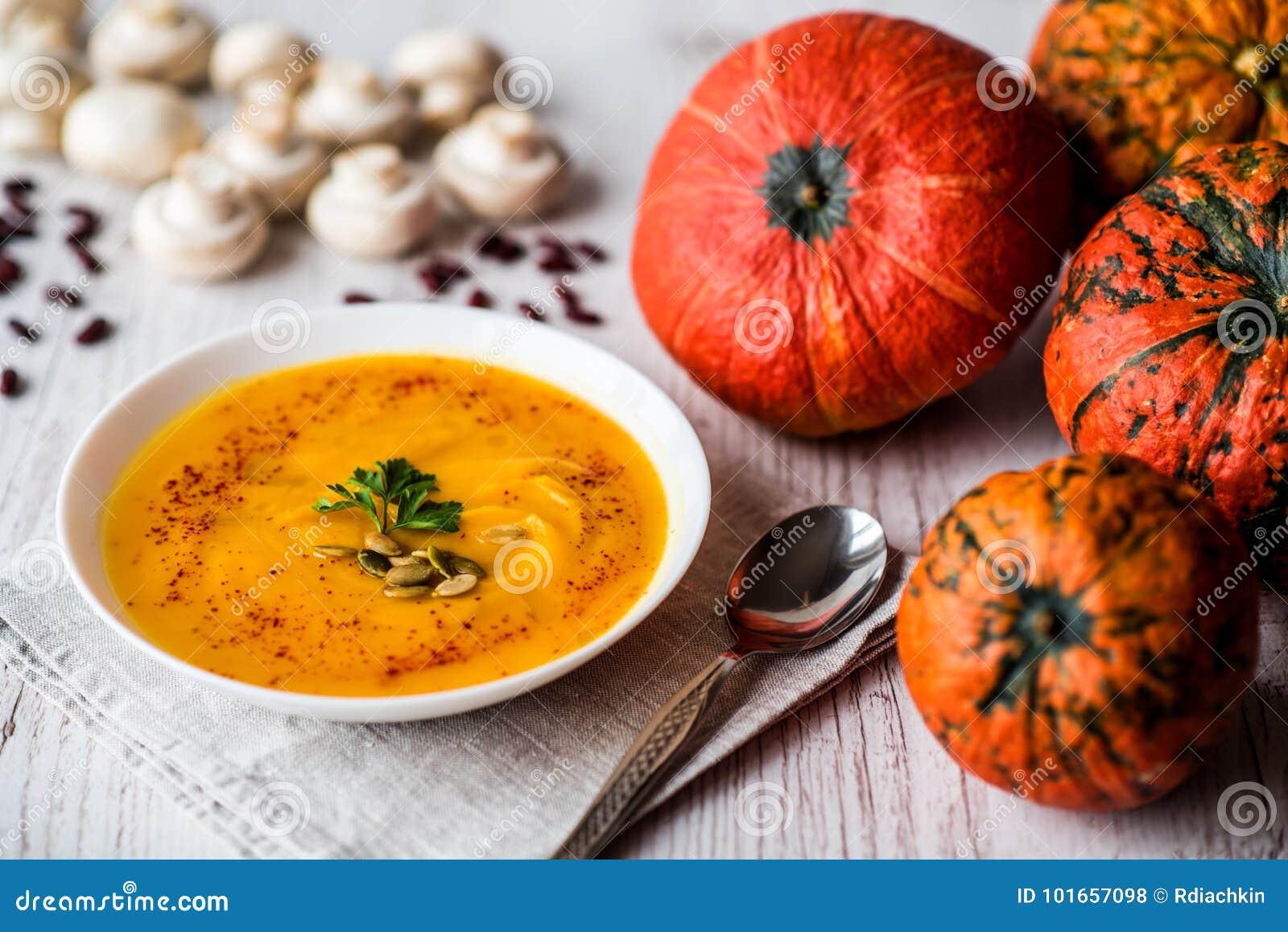Sopa da abóbora com sementes e salsa Alimento do vegetariano