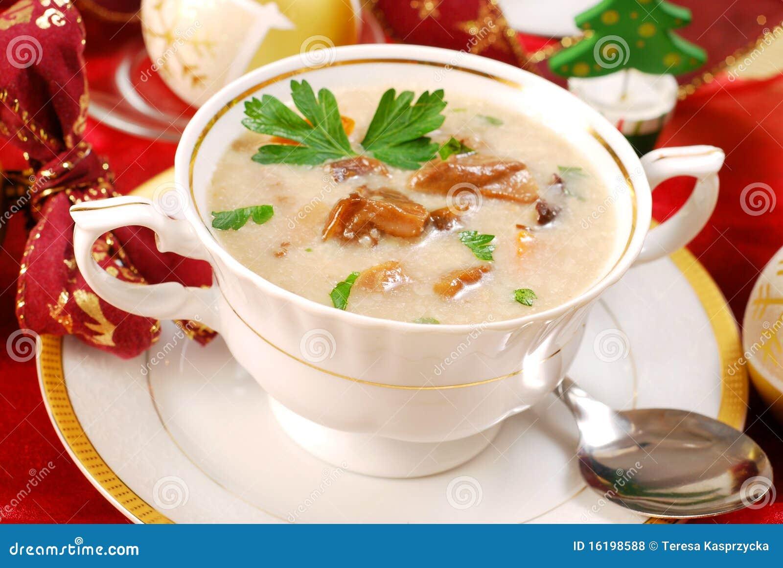 Sopa de cogumelo com creme para o Natal
