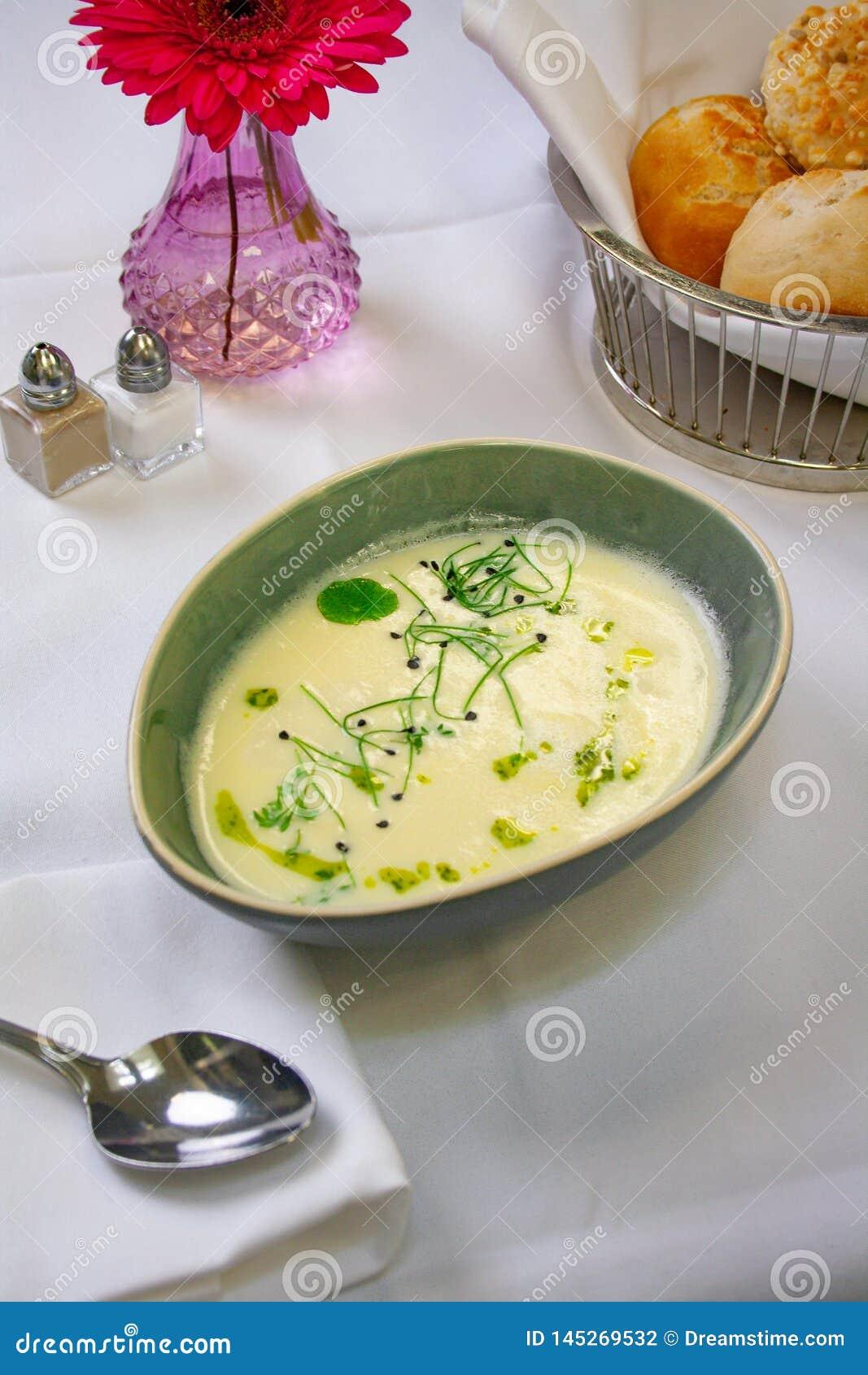 Sopa de creme deliciosa do aspargo