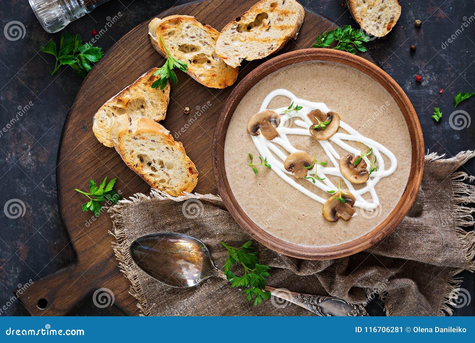 Sopa de creme do cogumelo Alimento do vegetariano Menu dietético Vista superior