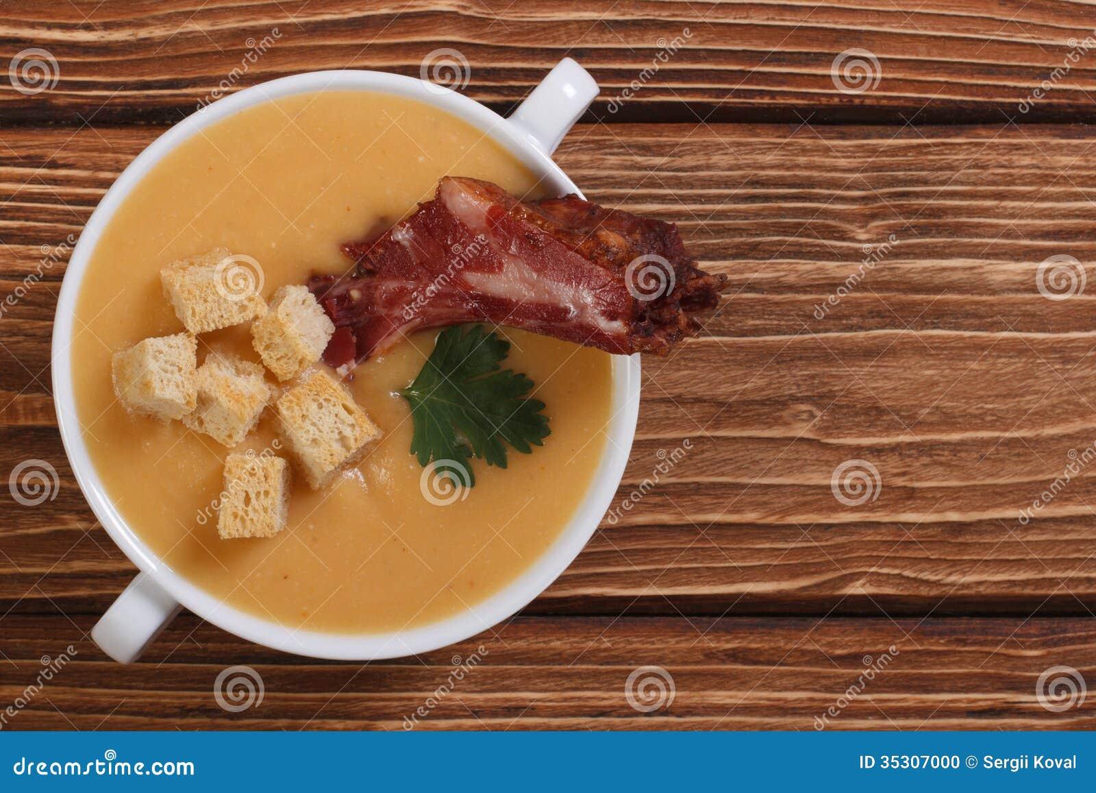 Sopa de ervilha com carne. vista superior