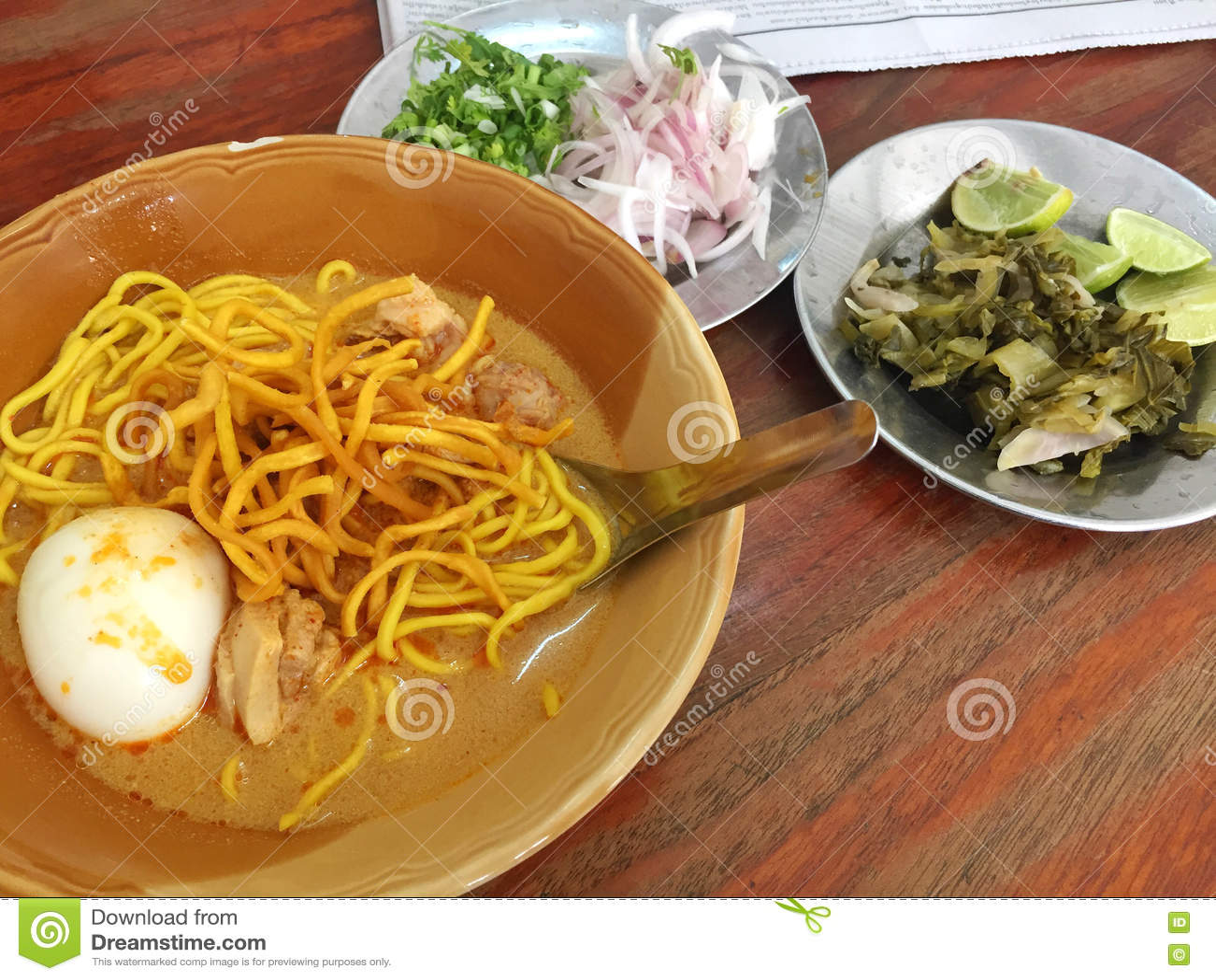 sopa de fideos con huevo cocido