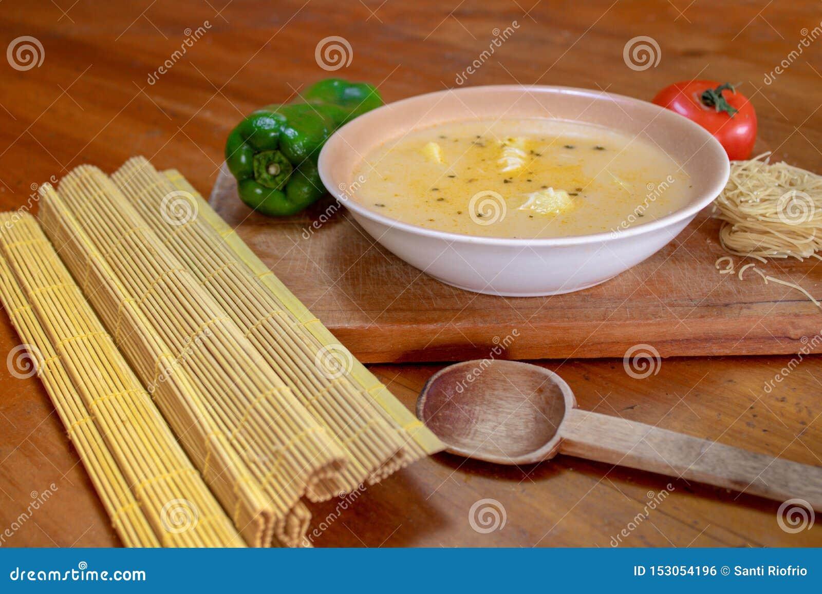 Sopa de fideos hecha en casa con los ingredientes