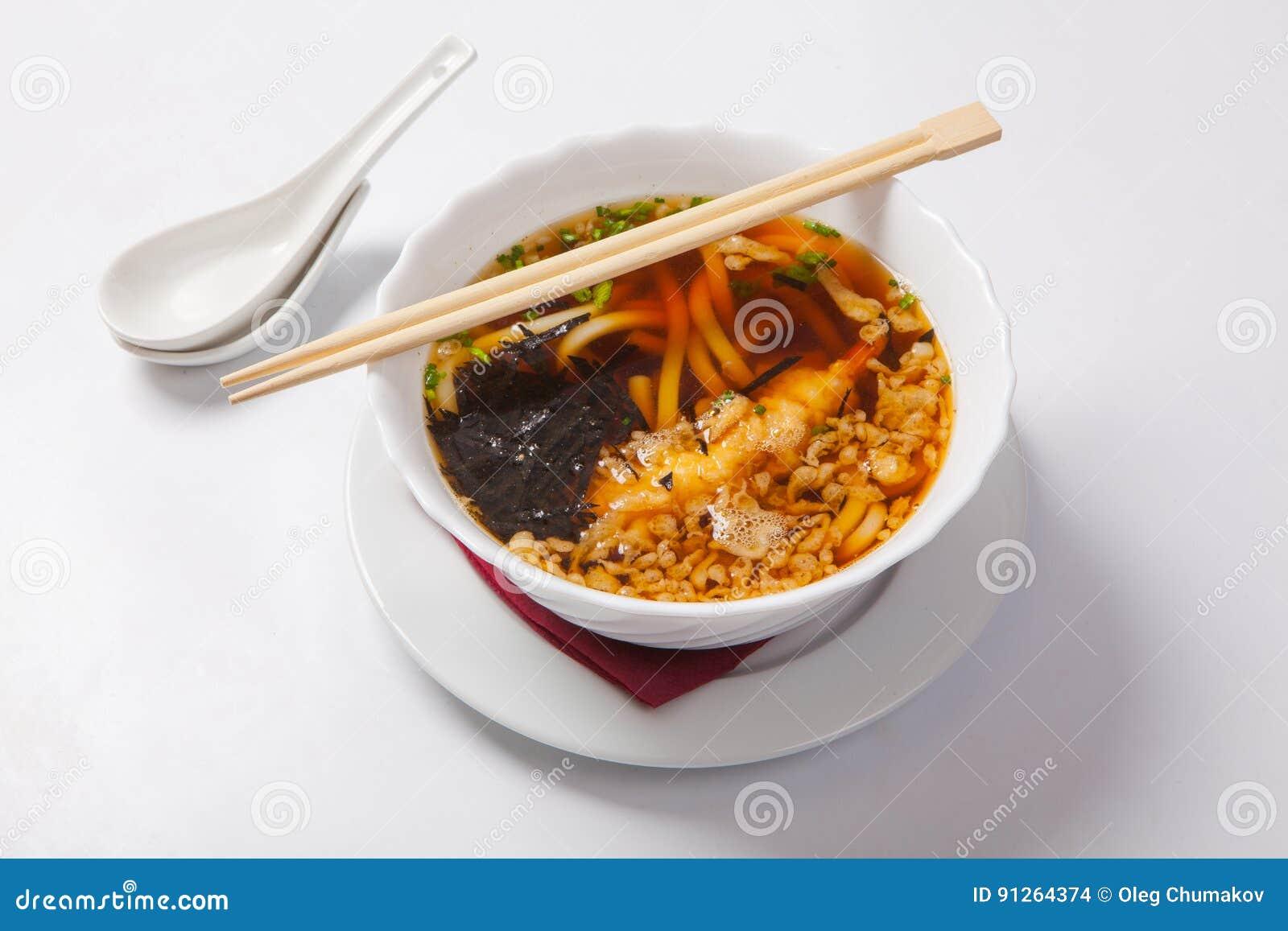 Sopa de fideos japonesa de los ramen en el cuenco profundo